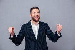 vrolijke-zakenman-die-zijn-succes-vieren-59868118