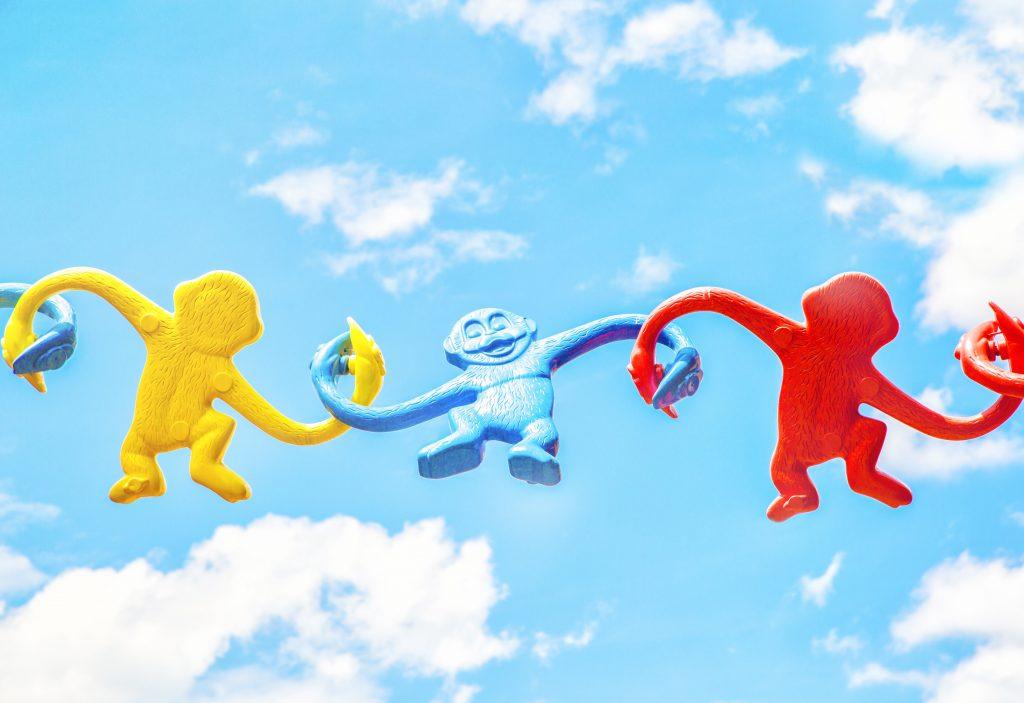 Blije aapjes arm in arm: hoe plezier je helpt om veranderingen voor elkaar te krijgen.