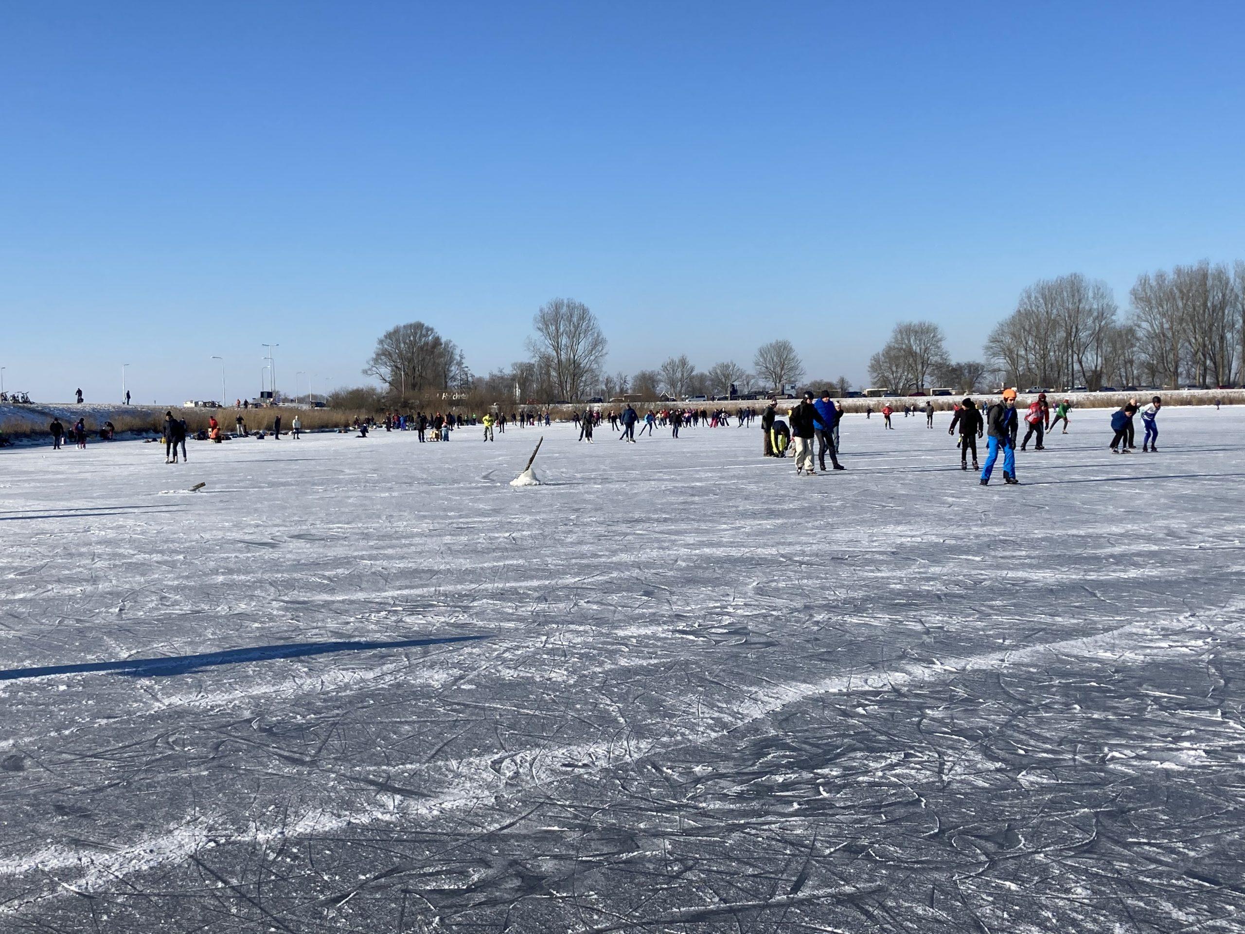 schaatsers op ijs